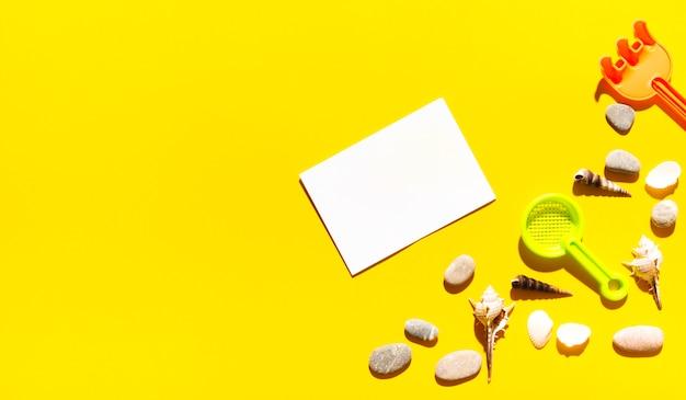 Limpe o pedaço de papel com coisas de verão Foto gratuita
