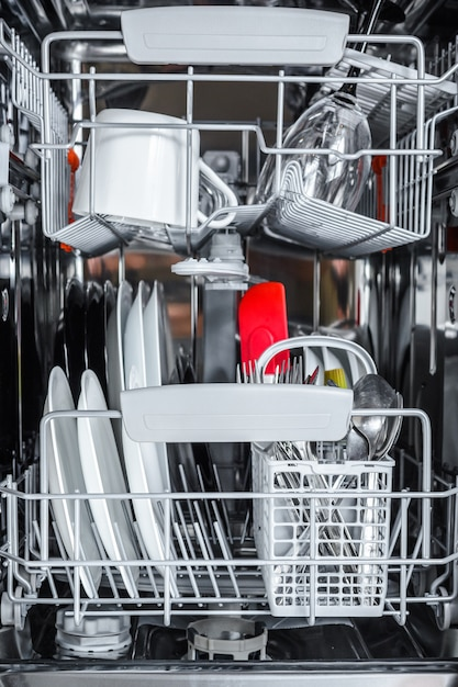 Limpe os pratos após a lavagem na máquina de lavar loiça. Foto Premium