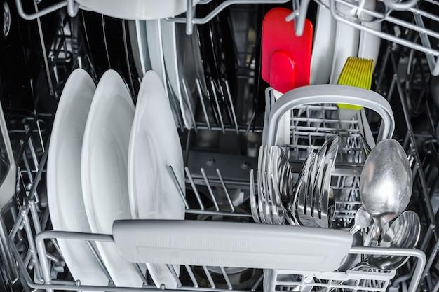 Limpe os pratos no cesto da lava-louças Foto Premium