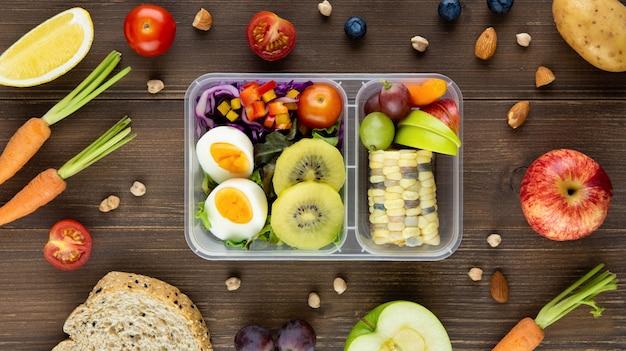 Limpe saudável baixo teor de gordura pronto para comer comida no conjunto de caixa de refeição Foto Premium