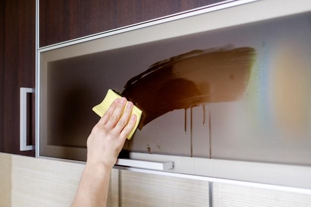 Limpeza de móveis na cozinha Foto Premium