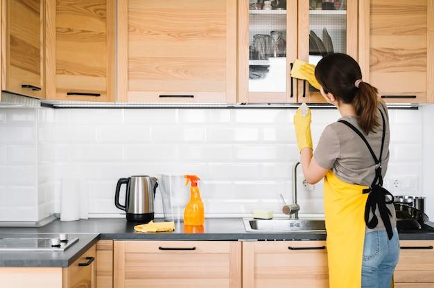 Limpeza de mulher de tiro médio Foto gratuita