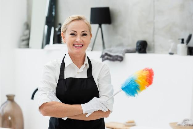 Limpeza de mulher sorridente Foto gratuita