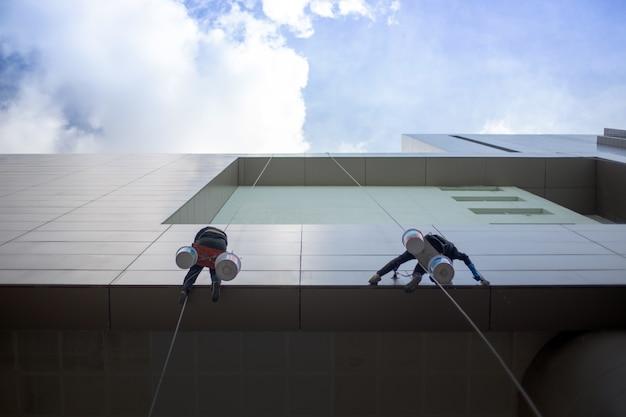 Limpeza de prédio exterior com serviço de perigo Foto Premium