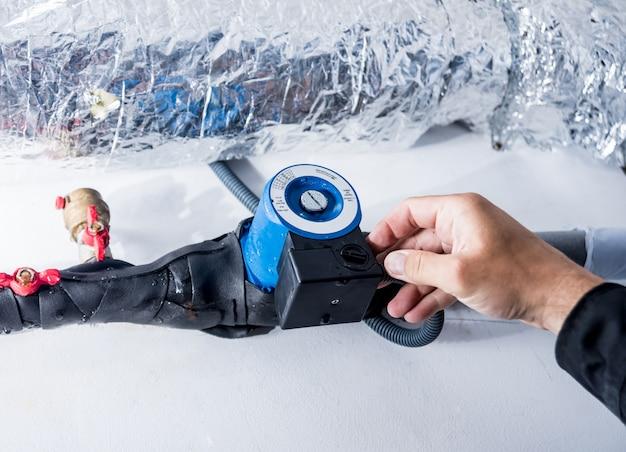 Limpeza de ventilação. especialista no trabalho. reparar o sistema de ventilação (hvac) Foto Premium