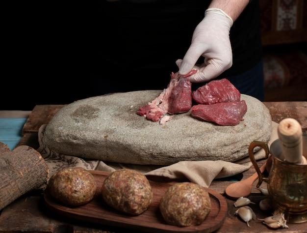 Limpeza e seleção de carne crua para confeccionar almôndegas Foto gratuita