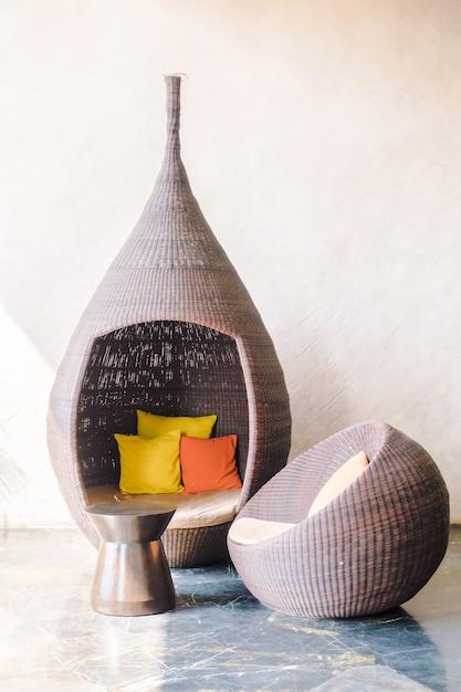 Linda almofada no sofá Foto gratuita