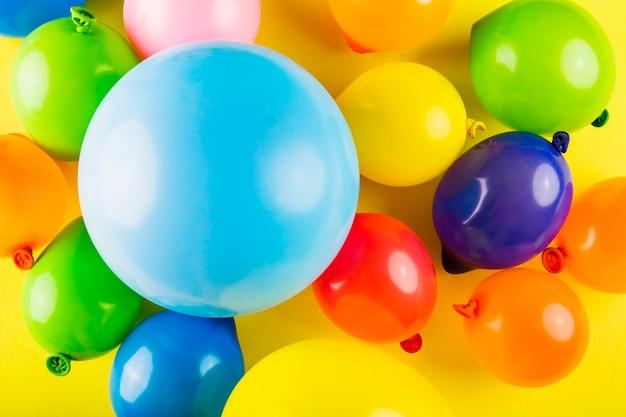 Linda composição de carnaval com balões coloridos Foto gratuita