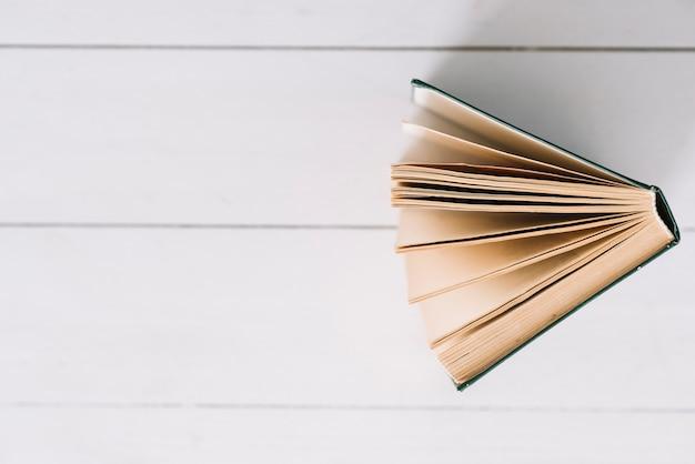 Linda composição de leitura com um livro Foto gratuita