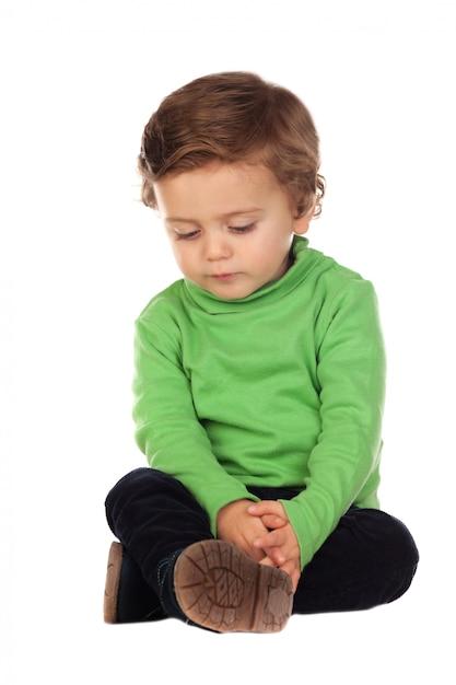 Linda criança de dois anos de idade vestindo camisa verde Foto Premium