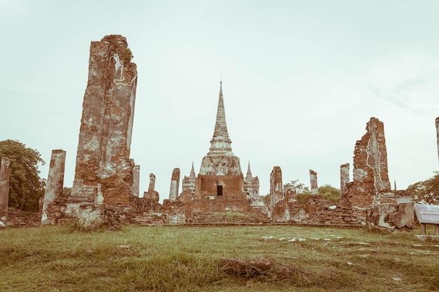 Linda e antiga arquitetura histórica de ayutthaya na tailândia Foto gratuita