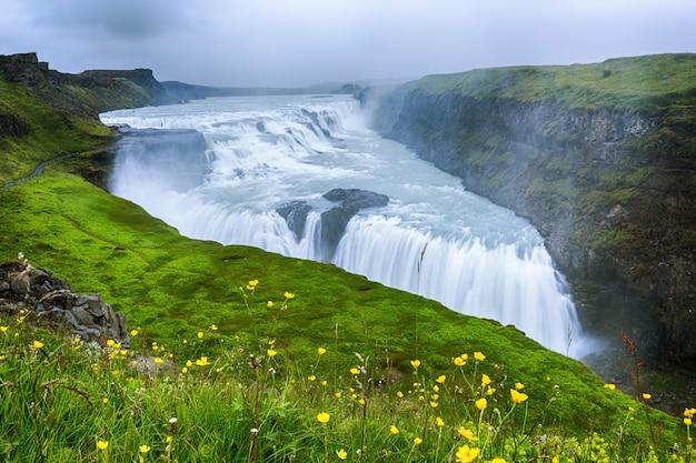 Linda e famosa cachoeira gullfoss, rota do círculo dourado na islândia, verão Foto Premium