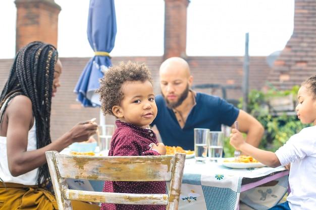 Linda família almoçando no terraço Foto Premium