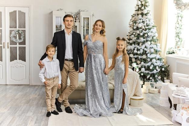 Linda família com dois filhos Foto Premium