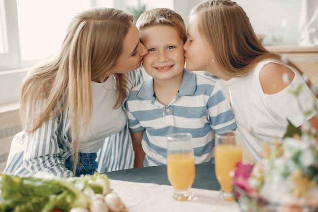 Linda família grande preparar comida em uma cozinha Foto gratuita