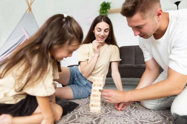 Linda família jogando um jogo Foto gratuita
