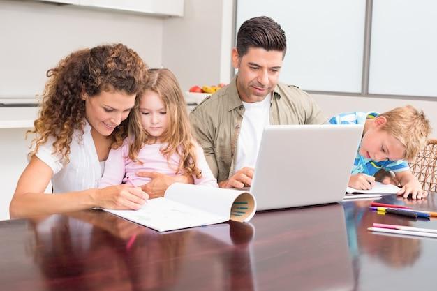 Linda família jovem à mesa Foto Premium