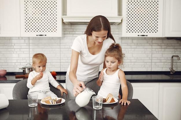Linda família passa o tempo em uma cozinha Foto gratuita