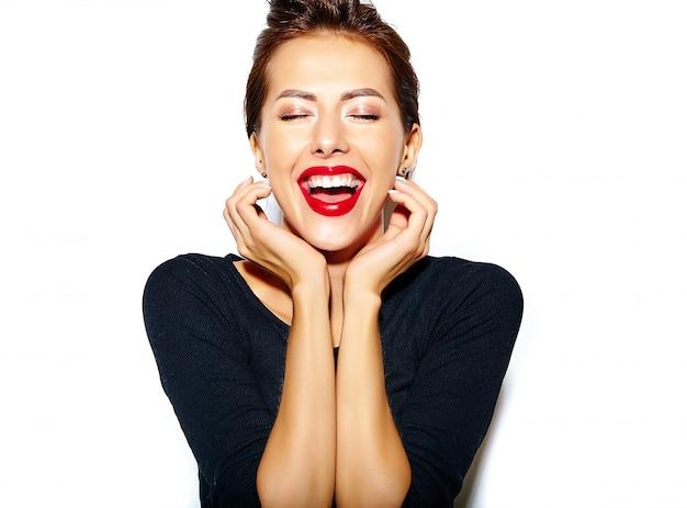 Linda feliz morena sexy mulher bonita casual vestido preto com lábios vermelhos na parede branca Foto gratuita