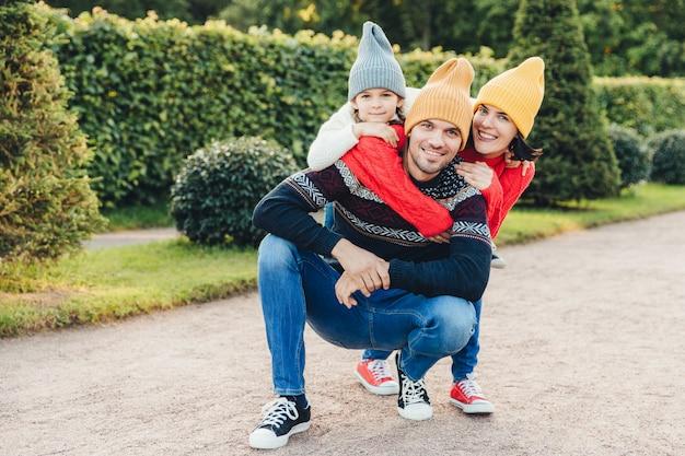 Linda fêmea, menina abraçar seu belo pai e marido Foto Premium