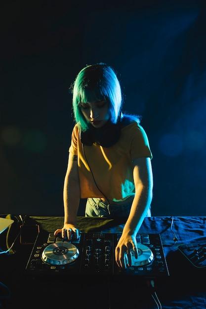 Linda fêmea na placa do painel de dj Foto gratuita