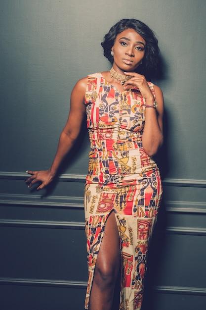 Linda garota afro-americana posando Foto Premium