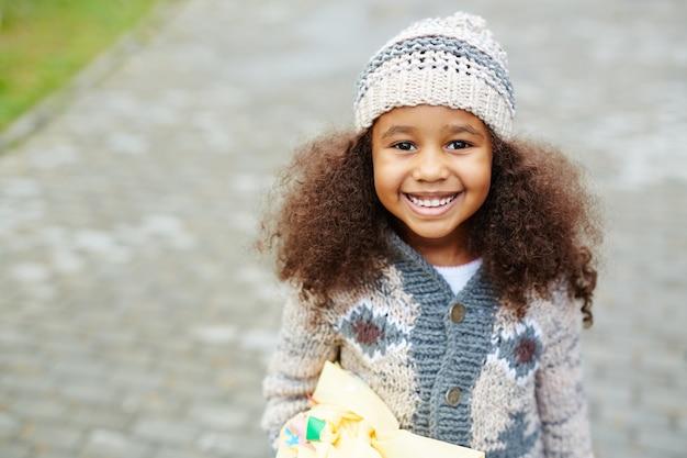 Linda garota afro-americana vestindo malhas Foto gratuita