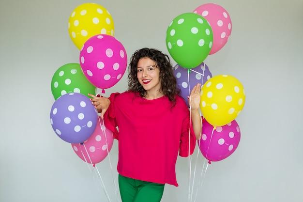 Linda garota alegre bonita com balões coloridos Foto Premium