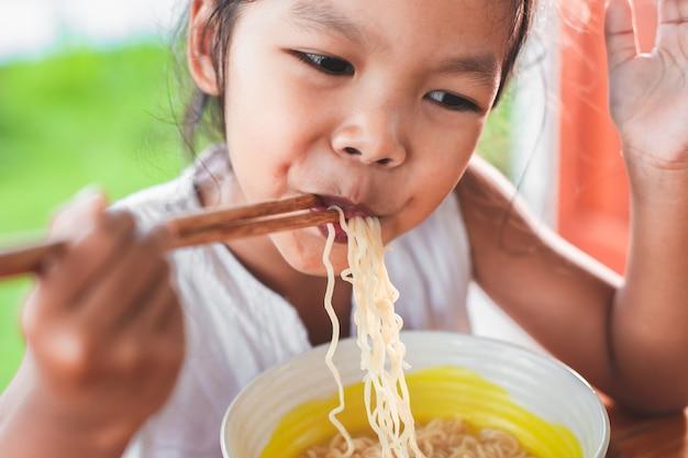 Resultado de imagem para criança comendo