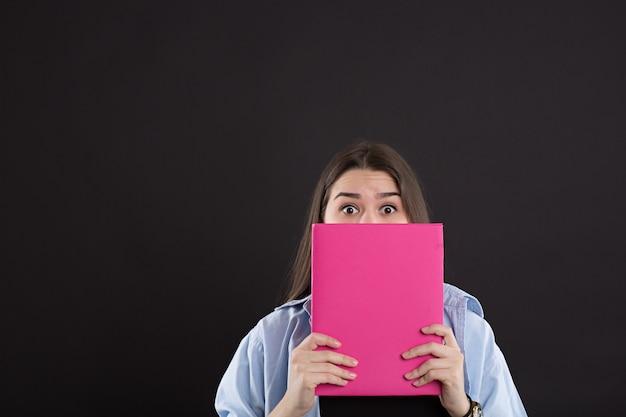 Linda garota caucasiana com livro Foto Premium
