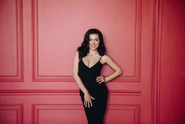 Linda garota com aparência oriental. vestido de encaixe preto nas alças. Foto Premium
