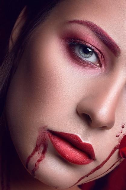 Linda garota com apliques rosas vermelhas flores no rosto Foto Premium