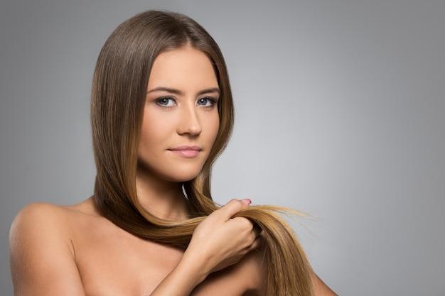 Linda garota com cabelo comprido Foto gratuita