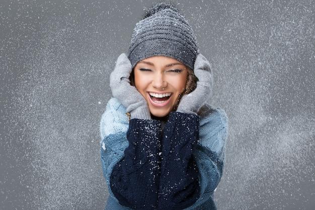 Linda garota com flocos de neve se divertindo Foto gratuita