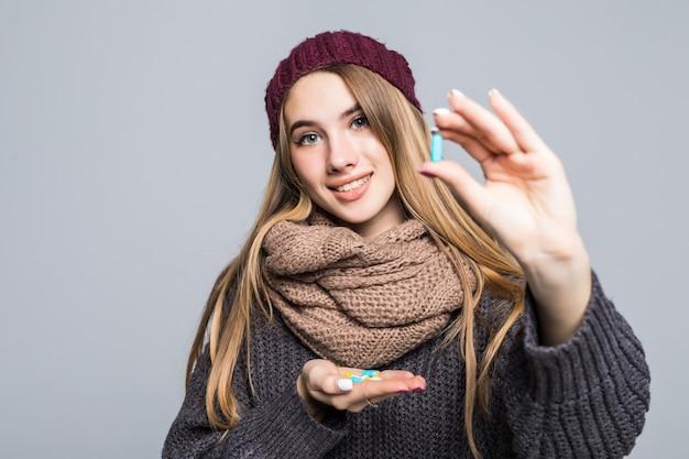 Linda garota com gripe ou resfriado precisa tomar muitos remédios para ficar saudável. Foto gratuita