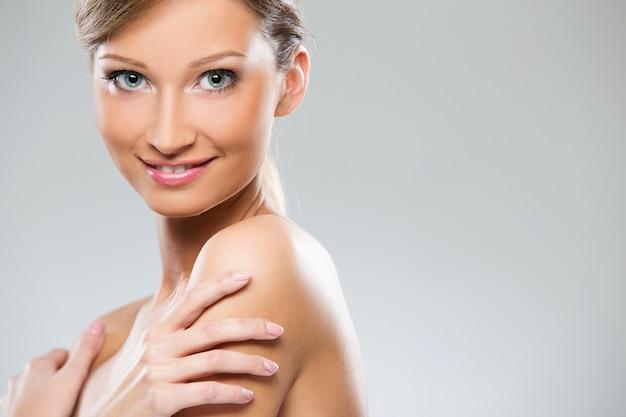 Linda garota com ombros nus Foto gratuita