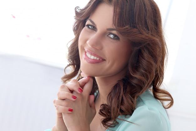Linda garota com rosto bonito Foto gratuita