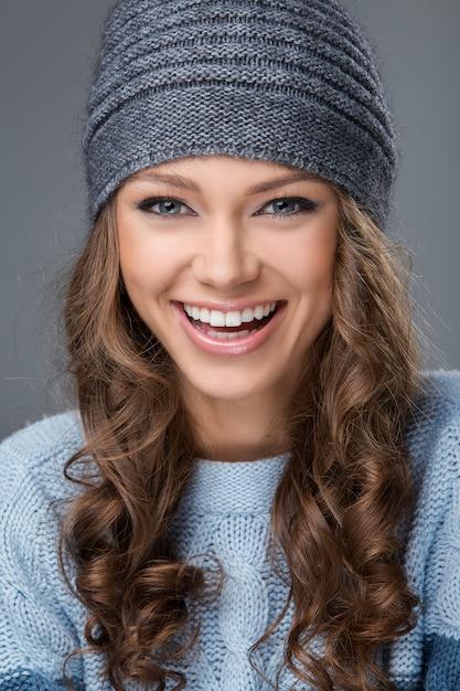 Linda garota com um grande sorriso, tendo um bom tempo Foto gratuita