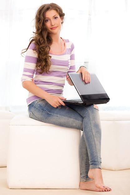 Linda garota com um laptop Foto gratuita