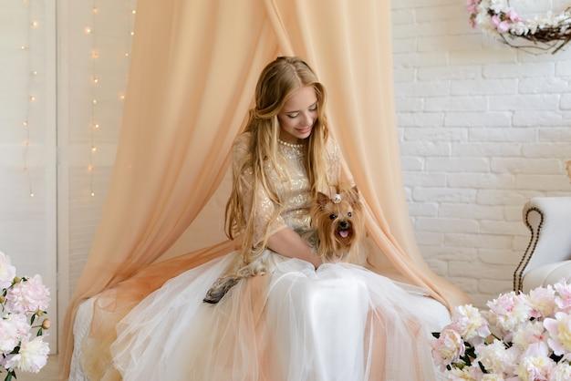 Linda garota com um lindo vestido Foto Premium