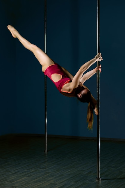 Linda garota dança em um pilão. Foto Premium