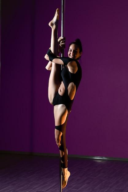 Linda garota dança perto do pólo. Foto Premium