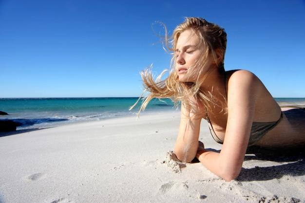 Linda garota de biquíni na praia Foto Premium