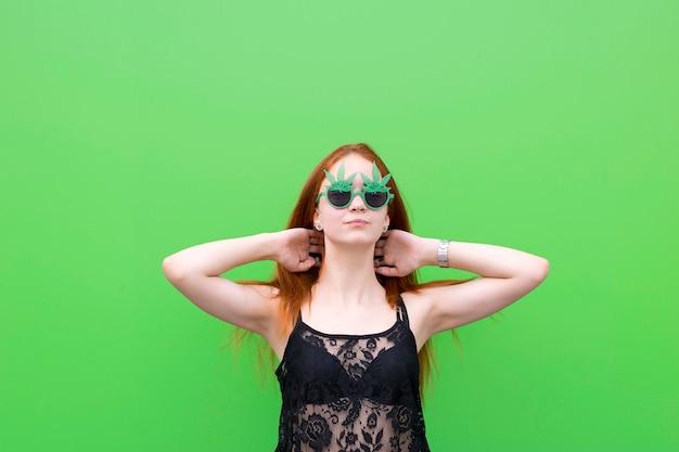 Linda garota de óculos engraçados Foto Premium