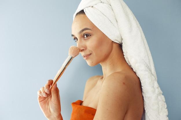 Linda garota de pé com escova Foto gratuita