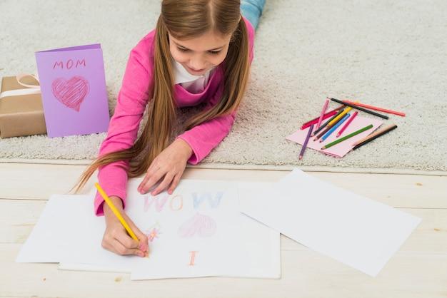Linda garota, desenho eu amo mãe no papel Foto gratuita