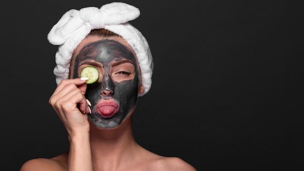 Linda garota, desfrutando de produtos de cuidados da pele Foto gratuita