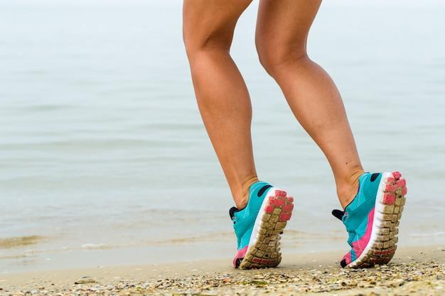 Linda garota desportiva na praia Foto gratuita
