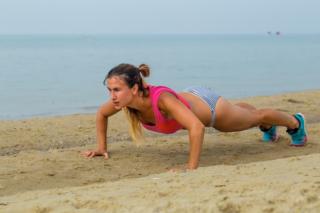 Linda garota desportiva sobre os esportes de praia Foto gratuita