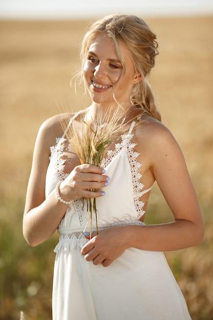 Linda garota elegante em um campo de outono Foto gratuita